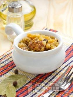 Крехко задушено телешко месо от шол с прясно зеле в тенджера под капак на котлон - снимка на рецептата